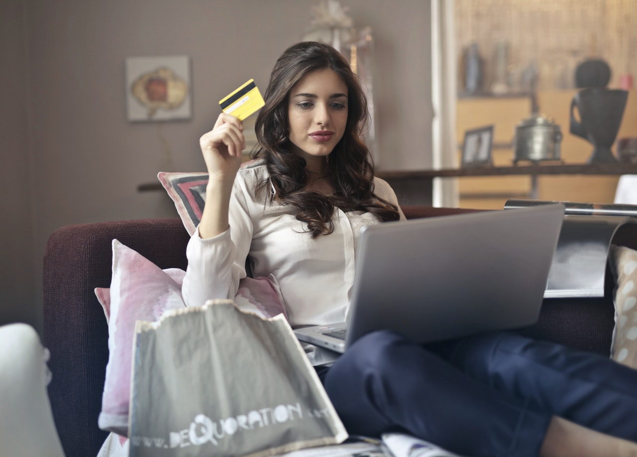 girl using credit card online-shopping
