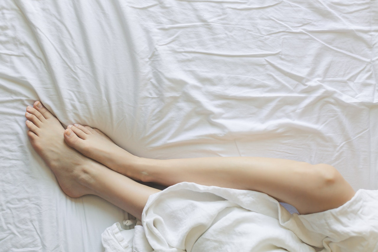 sleeping feet bed white sheet